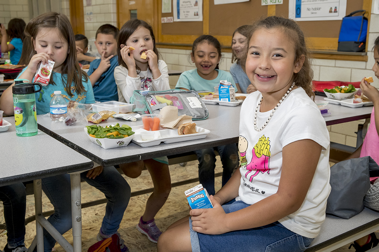 Students eat lunch.